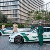 La policía de Dubai en otro nivel, conduciendo Ferrari, Lamborghini y Camaro